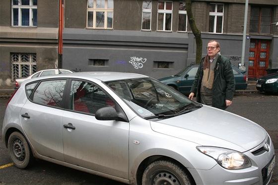 Václav Heral před vozem vybaveným jeho vynálezem