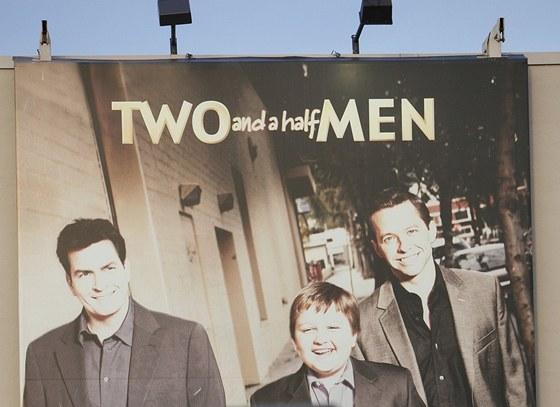 Billboard k seriálu Dva a půl chlapa na budově studia Warner Bros.