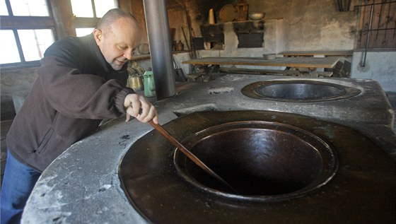 Petr Stupka zkouší, jak se asi vařilo kuchtíkům v černé kuchyni jindřichohradeckého zámku.