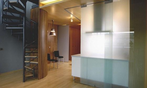 Skleněná posuvná příčka může kuchyni oddělit od dalšího prostoru.