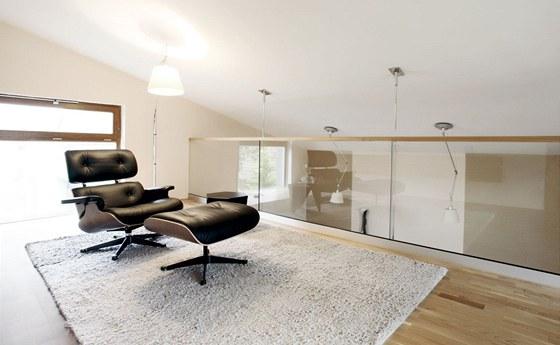 Celoskleněná balustráda ponechává prostoru vzdušnost a lehkost.
