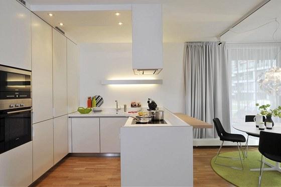 Bílé kuchyňské skříňky splývají se stěnami