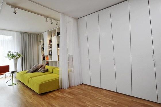 Vzhledem k velikosti bytu a počtu osob musel architekt využít skutečně všechen prostor pro úložné systémy.