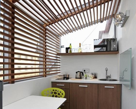 Kuchyňská linka z laminátu je vyrobená na zakázku. Místnost se vytápí pomocí závěsného topného panelu ze skla.