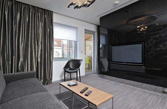Byt je vybaven inteligentním domácím systémem, díky kterému lze obsluhovat například žaluzie a rolety. V interiéru je značkové vybavení (Moroso, Vitra, Artemide, Elitis).