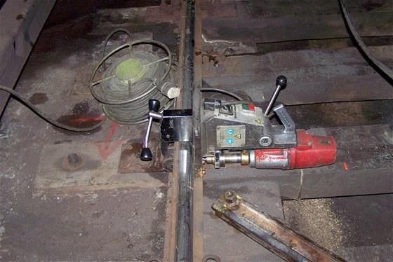 Vrtání kolejnice pro vytvoření montovaných styků včetně elektricky vodivých propojek