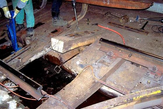 Odstranění zbytků pražce pod kolejnicí