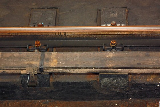 Na trase C se nejprve musí odmontovat vlakový zabezpečovač. To je ta lišta vedle kolejnice.