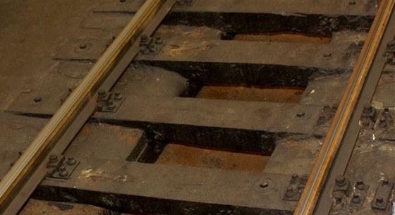Původní, dřevěné pražce, jsou v mezistaničních úsecích také nad odvodňovacím kanálem