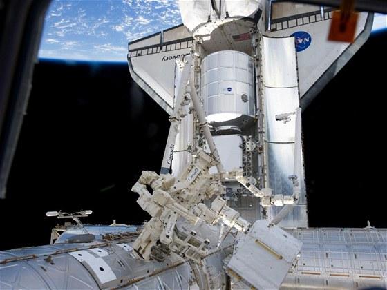 Discovery zaparkovaná u vesmírné stanice ISS