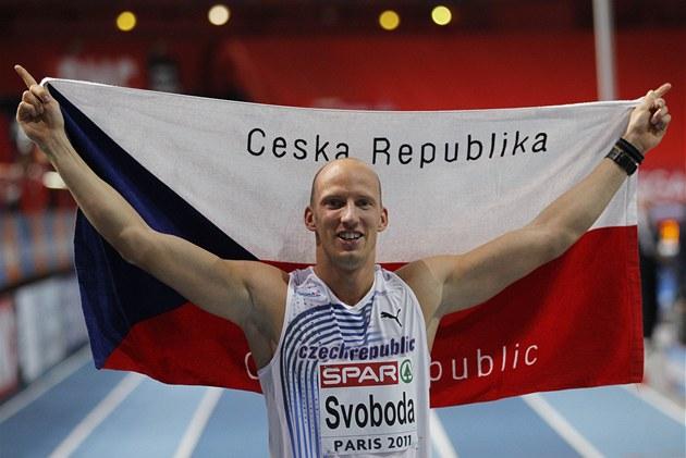 VÍTĚZNÁ PÓZA. Překážkář Petr Svoboda pózuje po vítězném běhu na halovém mistrovství Evropy fotografům.
