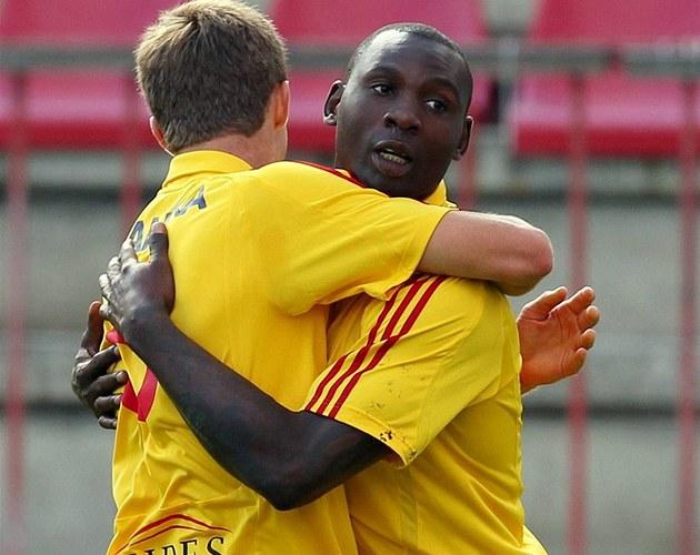 Kamerunský úto�ník Dany Chigou (vpravo) slaví gól se spoluhrá�em z Dukly Markem Hanouskem.