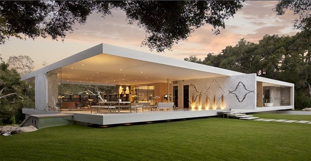 Vila v kalifornsk�m Montecitu je t�měř cel� ze skla. Autor se nechal inspirovat stavbami sv�ho obl�bence Ludwiga Miese van der Rohe.