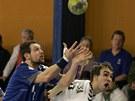 VYHLÍŽEJÍ KOŽENÝ MĚSÍC? Lukáš Weintritt.(vlevo) a Tomáš Bednařík z Hranic proti karvinskému Marku Monczkovi.