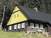 Barevná rytmizace trámů a spár je pro zdejší architekturu typická.