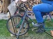 Zadní kolo je v přední vidlici, proto musí být řetěz překřížený.