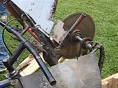 Konstrukce podavače dřeva. Podle autora by měl být opatřen i jakousi bezpečnostní spojkou vyrobenou z brzdy.