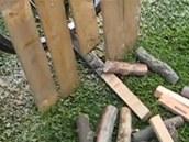 Pilový mechanismus je oddělený plůtkem, aby pomocník mohl bezpečně odebírat nařezané dřevo.