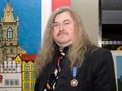 """František Ringo Čech - František """"Ringo"""" Čech se narodil 9. července 1943 v Praze. Je český bubeník, zpěvák, textař, herec, komik, moderátor, politik, publicista, scenárista, dramatik, naivní malíř a spisovatel."""
