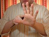 Hůlky se vkládají přesně na hranu dlaně, kde končí ukazováček a začíná palec.
