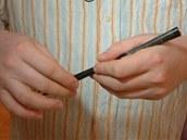 Hůlky mají v ruce držet úhledně u sebe, všechny ostatní varianty jsou špatně.