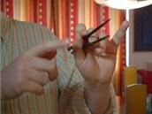 K držení a manipulaci s hůlkami se používá pouze palec, ukazováček a prostředníček. Prsteníček a malíček vůbec nepotřebujete.