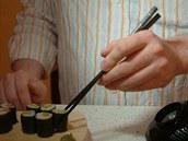 Správným držením hůlek vytvoříte páku, s jejíž pomocí sousto jednoduše uchopíte.