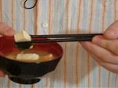 Z polévky Japonci vybírají hůlkami pouze větší kousky.