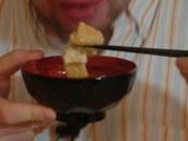 Misku s polévkou Japonci při jídle drží v ruce.
