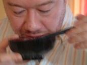 Polévku Japonci pijí, hůlkami si k ústům přistrkují jen kousky, které v ní jsou.