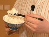 Lepivá rýže drží dobře pohromadě, takže hůlkami snadno naberete velké sousto.