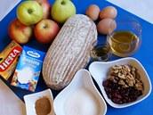 Ingredience, které můžete použít do chlebovce: starý chleba, jablka, smetana...