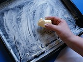 Pekáček důkladně vytřete kostkou tuku, nebo ho vyložte pečicí fólií a pečte bez tuku.