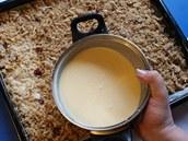 Smetanovou zálivkou směs na plechu rovnoměrně zalijte, vše vložte do vyhřáté trouby.