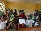 Do školy v Malénu V chodí mezi 50 a 60 předškoláky a školáky, kterým se věnuje ředitel a dva učitelé.