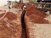 Z Yaoundé vede na východ neustále se prodlužující kvalitní asfaltka. Podél ní kopou stovky dělníků výkop pro optický kabel.