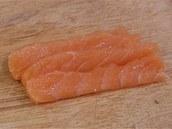 Lososové plátky připravené a pokrájené speciálně pro sushi.