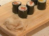 Každý kousek sushi proložte plátkem zázvoru pro neutralizaci chuti.