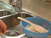 Ideální je mít v dosahu pramínek tekoucí vody nebo alespoň mističku s vodou - abyste si mohli oplachovat prsty při vrstvení vařené rýže na řasu nori.
