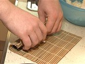 Rolku zarolujte tak, že postupně horní okraj rohožky přesunujte přes spodní a přitom přimačkávejte prsty.