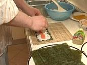 Podélně na rýži položte náplň, kterou jste si předem pokrájeli na tenké proužky.