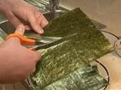Chcete-li připravit tenké rolky (hosomaki), rozstřihněte arch řasy nori napůl.
