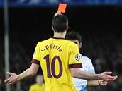 ZA CO? Van Persie z Arsenalu se div�, za co mu rozhod�� d�v� �ervenou kartu.