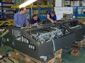 Hlavní konstruktér měniče konzultuje podrobnosti výroby