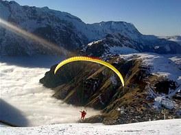 Tandemový paragliding na lyžích ve francouzském středisku Les2Alpes.