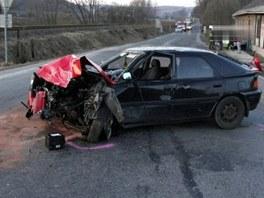 Mazda 323 silničního piráta po srážce u Chotěvic na Trutnovsku