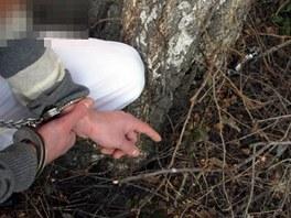 Podezřelý z loupeže ukazuje zbraň ukrytou na dětském hřišti