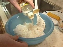 Uvařenou rýži přendejte do misky a přidejte k ní sushi ocet.