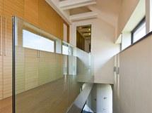 Skleněné zábradlí se při použití kaleného provedení obejde i bez kovových či dřevěných sloupků.
