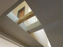 Prosklená část stropu pomáhá osvětlit schodiště.